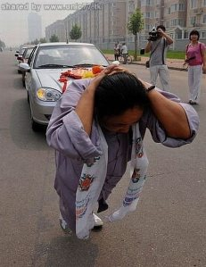 https://gudangilmugoib.files.wordpress.com/2010/11/woman_pulls_six_cars_01.jpg?w=231
