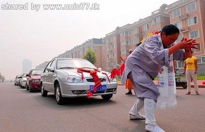 http://3.bp.blogspot.com/_EHi0bg7zYcQ/TJSPq85NgzI/AAAAAAAAD1k/pCrWHIe7O_A/s1600/woman_pulls_six_cars_03.jpg